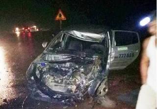 Taxi đấu đầu xe khách khiến 3 người bị thương nặng