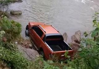 Phát hiện thi thể người đàn ông dưới suối bên cạnh chiếc ô tô bán tải