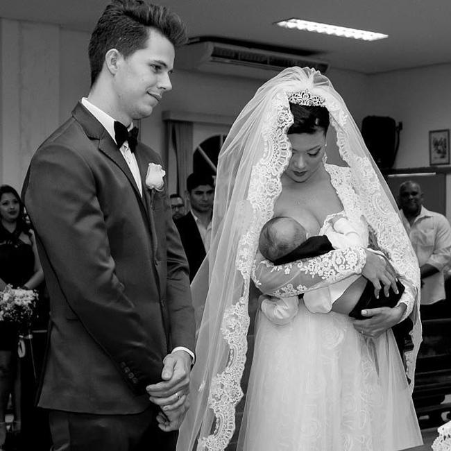 Cô dâu cho con bú