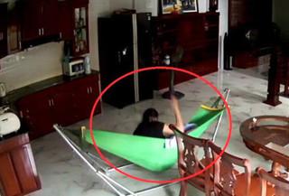 Nghệ An: Mở camera, bố hốt hoảng phát hiện con 4 tháng tuổi bị giúp việc bạo hành