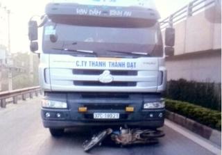 Hà Tĩnh: Hai bố con tử vong thương tâm vì bị xe tải kéo lê hàng chục mét