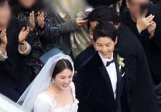 Song Hye Kyo lộng lẫy như nữ thần bước vào lễ đường cùng chú rể Song Joong Ki