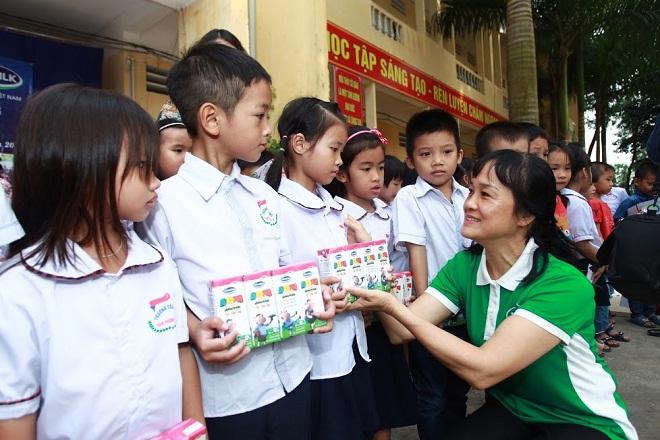 Vinamilk tặng 400 triệu đồng cho học sinh người dân ở Hà Nội