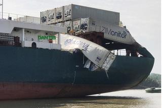 """Hàng trăm người chạy ra """"hôi của"""" khi 2 tàu đâm nhau trên sông Đồng Nai"""