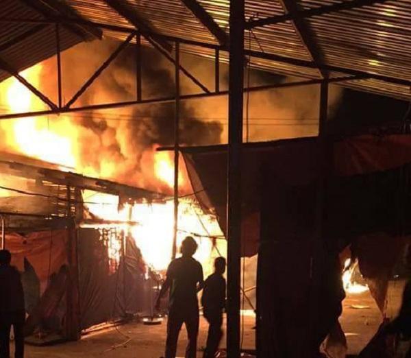 Trong chợ nhiều vật dụng dễ cháy khiến ngọn lửa bùng lên nhanh
