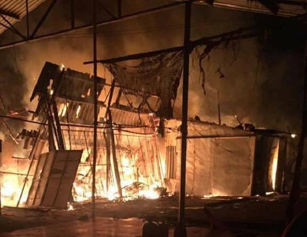 Vụ hỏa hoạn trên khiến 7 gian hàng bị thiêu rụi rất may không ai bị thương