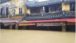 Hội An chìm trong biển nước, người dân phải sơ tán khẩn cấp