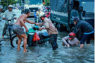 """Triều cường đạt đỉnh, người Sài Gòn lại chật vật giữa """"biển nước"""""""