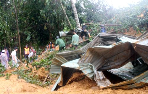 Lở núi ở Quảng Nam vùi lấp 10 nhà dân vào rạng sáng