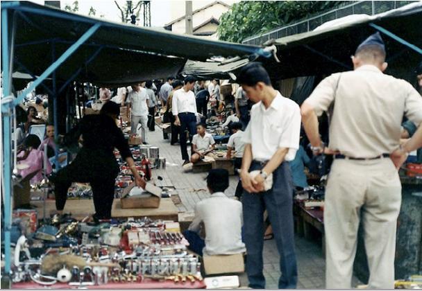 Một góc chợ trời của Sài Gòn xưa