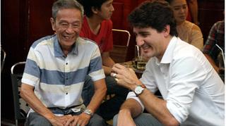 Thủ tướng Canada ngồi vỉa hè, uống cà phê sữa, nói chuyện với lái xe ở Sài Gòn
