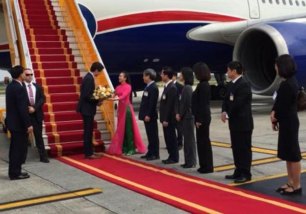 Ngắm nhan sắc xinh đẹp của cô gái tặng hoa Thủ tướng Canada
