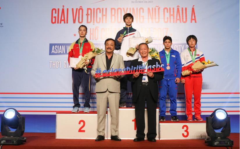 Ông Trần Quí Thanh - TGĐ Tập đoàn Tân Hiệp Phát cùng lãnh đạo ASBC trao giải cho các võ sĩ tại Giải vô địch Boxing nữ châu Á 2017