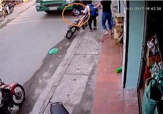 Clip bé trai thoát chết trong gang tấc khi tránh container đi ngược chiều
