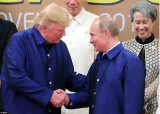 Cái bắt tay của Tổng thống Mỹ và Nga làm dậy sóng báo chí quốc tế