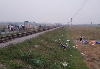 Tàu hỏa va chạm với xe máy khiến 3 người tử vong, nạn nhân nhỏ nhất mới 10 tuổi