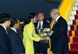 Cô gái tặng hoa cho Tổng thống Mỹ Donald Trump khiến cư dân mạng xôn xao là ai?