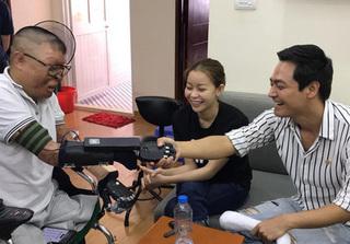 MC Phan Anh trao tặng tay giả cho chiến sĩ duy nhất sống sót sau vụ rơi máy bay ở Hòa Lạc
