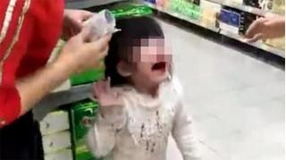 Cháu gái bị ông nội tát chảy máu mũi vì không chịu đi thang máy
