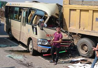 Xe khách tông đuôi xe tải khiến tài xế tử vong
