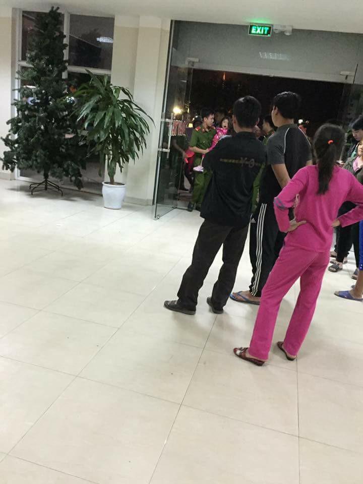 Người nhà các cháu tập trung đông tại bệnh viện