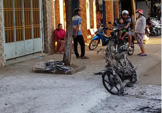 Đang đi trên đường, xe máy bất ngờ bùng cháy như đuốc khiến nhiều người hoảng loạn