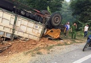 Thanh Hóa: Xe chở gỗ mất lái lao sang lề đường, 2 người trọng thương