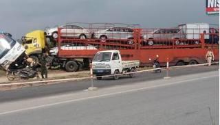 Container chở nhiều ô tô con húc đuôi xe khách lao xuống ruộng