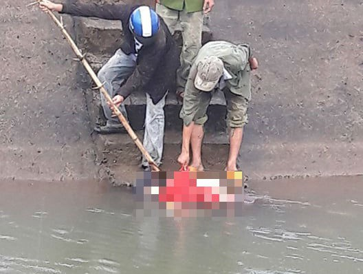 Tá hỏa phát hiện thi thể người phụ nữ lập lờ trên kênh ở Quảng Nam