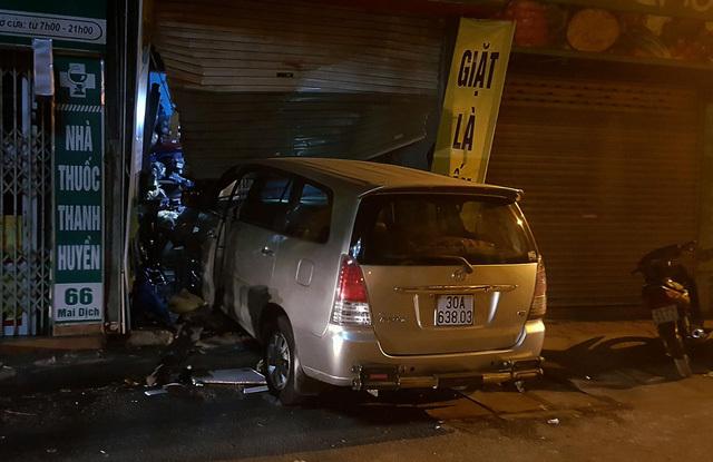 Xe 7 chỗ tông vào nhà dân ở Mai Dịch do nhầm lẫn nhà