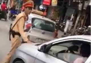 Nữ tài xế lái xe đẩy CSGT trên phố đã đến trụ sở công an xin lỗi