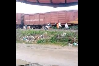"""Clip người dân Hà Tĩnh """"ship"""" rác bằng tàu hỏa"""