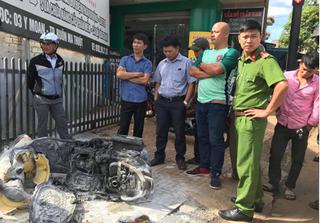 Ghen tuông vô cớ, gã trai đốt xe máy vợ cũ giữa phố