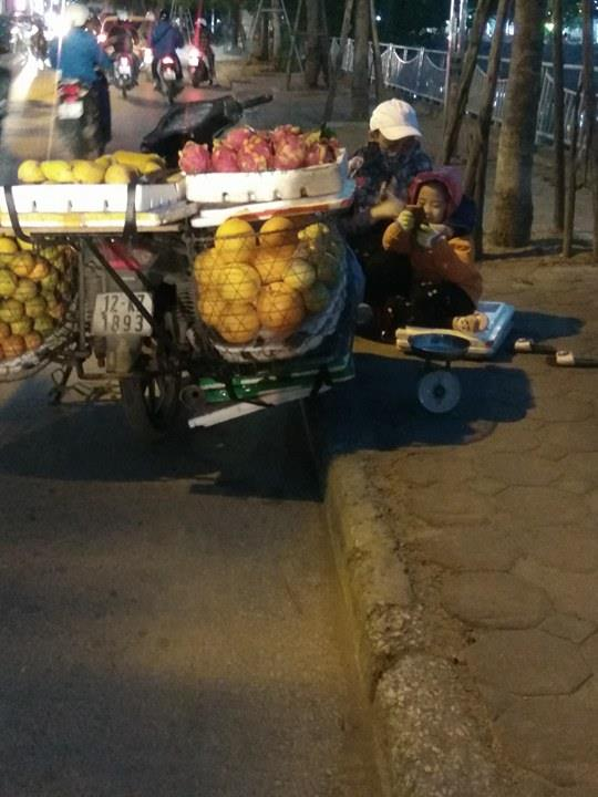 Cô bé theo mẹ bán hoa quả ngoài đường giữa chiều đông giá lạnh2