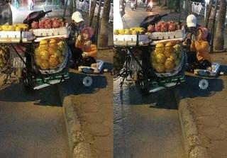 Câu chuyện xúc động về cô bé theo mẹ bán hoa quả ngoài đường giữa chiều đông giá lạnh