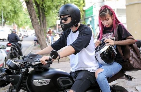 Kevin Khánh đón Khởi My bằng xe máy trong ngày rước dâu