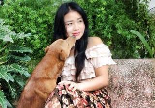 Người phụ nữ xinh đẹp không lấy chồng ở vậy nuôi đàn chó gần một trăm con