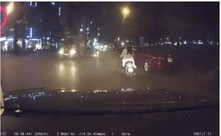 Clip cô gái ngã sõng soài xuống đường sau cú đánh lái bất cẩn của tài xế ô tô gây tranh cãi