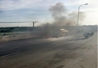 Kinh hoàng xe ô tô chở 2 trẻ em bất ngờ bốc cháy ở Tiền Giang