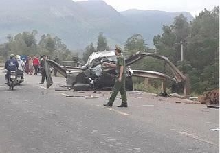 Ô tô nát bét sau khi tông vào taluy bên đường, 4 người thương vong