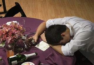 Về ra mắt, chàng trai say rượu khoác vai mẹ vợ tương lai nói câu này khiến bố người yêu