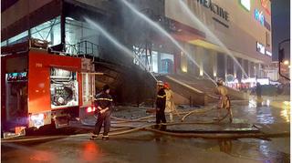 Clip lửa cháy ngùn ngụt cạnh BigC Hà Đông, hàng trăm người hoảng loạn bỏ chạy