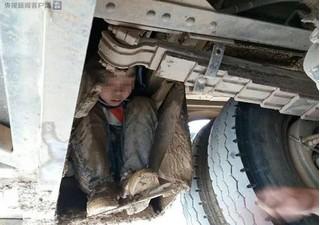Xe khách chạy gần trăm km, hốt hoảng phát hiện 2 cháu bé bám dưới gầm