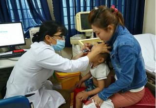 Khám sức khỏe cho các cháu bé trong vụ bảo mẫu hành hạ tại cơ sở mầm non Vườn Xanh