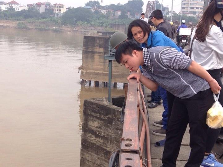 Gỡ bom dưới chân cầu Long Biên, người dân đổ xô lên cầu xem - 1