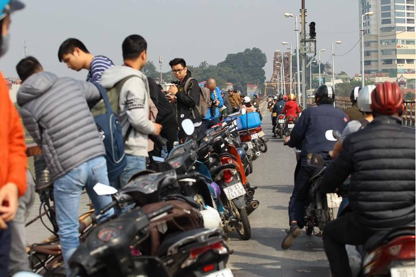 Gỡ bom dưới chân cầu Long Biên, người dân đổ xô lên cầu xem - 3