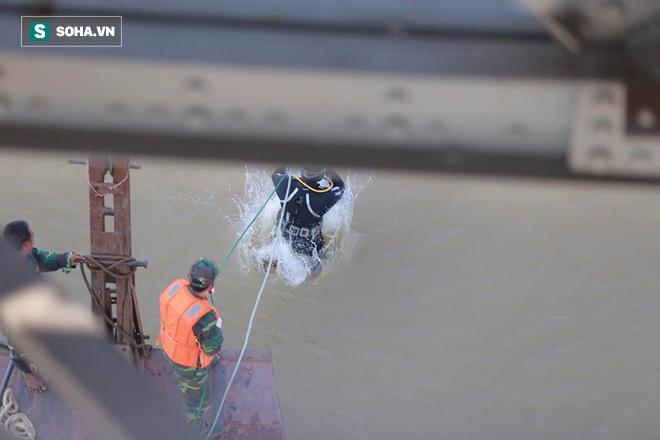 Gỡ bom dưới chân cầu Long Biên, người dân đổ xô lên cầu xem - 8