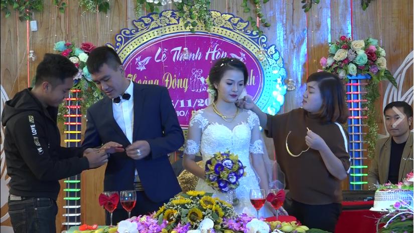 Đám cưới ở xứ Thanh, người thân, bạn bè nườm nượp lên trao vàng2