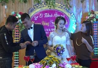Đám cưới xứ Thanh: Người thân, bạn bè nườm nượp lên trao vàng, cô dâu chú rể đeo