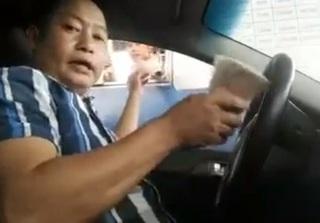 Clip lái xe ô tô vừa hát vừa trả phí bằng tiền lẻ khi qua trạm BOT gây bão mạng